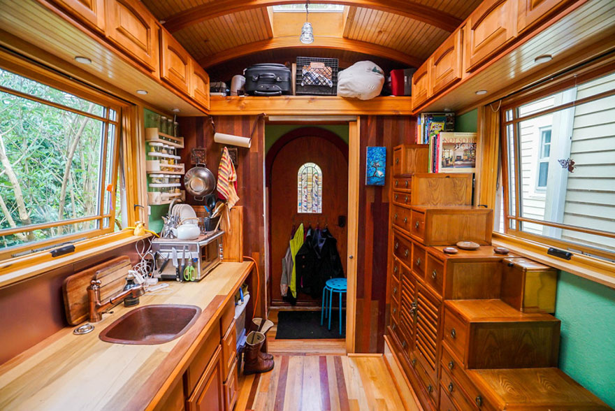 AD-These-People-Live-In-Houses-Smaller-Than-Your-Bedroom-06